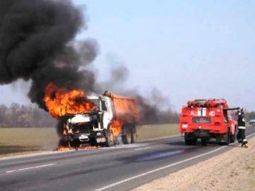 Спавший в грузовике водитель пострадал при возгорании автомобиля в ТиНАО