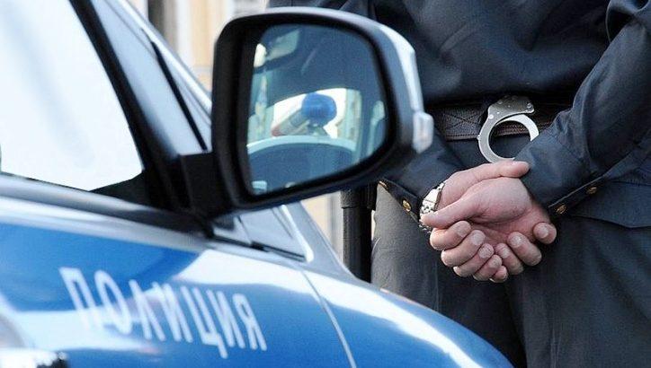 Двоих мужчин задержали по подозрению в разбойном нападении, полиция, задержание, наручники