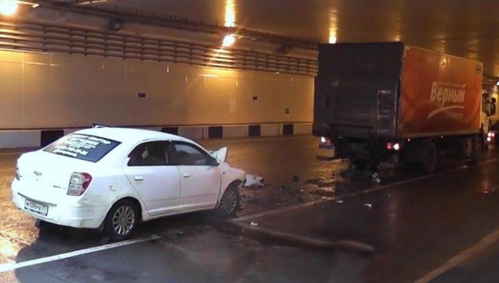 Один человек погиб в ДТП с участием грузовика в тоннеле в районе станции метро «Ольховая»