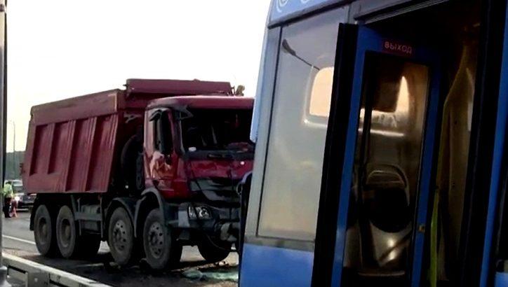 Два человека пострадали при столкновении на Калужском ш.