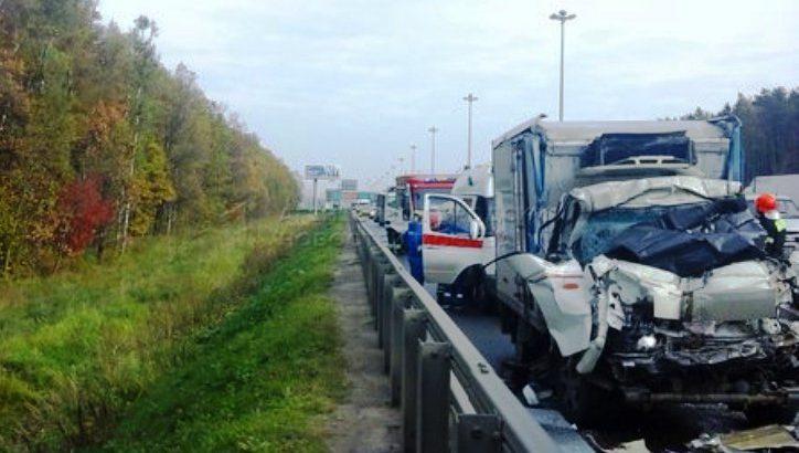 Один человек погиб в аварии с участием двух грузовиков на Киевском ш.