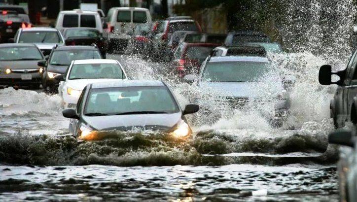 Коммунальные службы Москвы устранили скопление воды на автодороге в пос. Сосенское